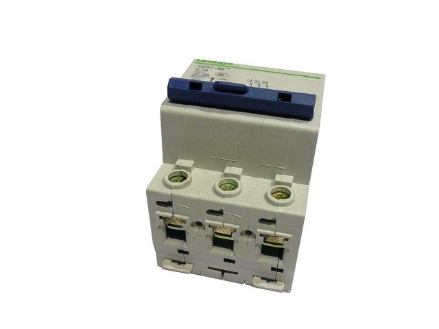 mpne3037825-sicherungsautomat-16a-c16-3-pol-luzoaye-MainBild